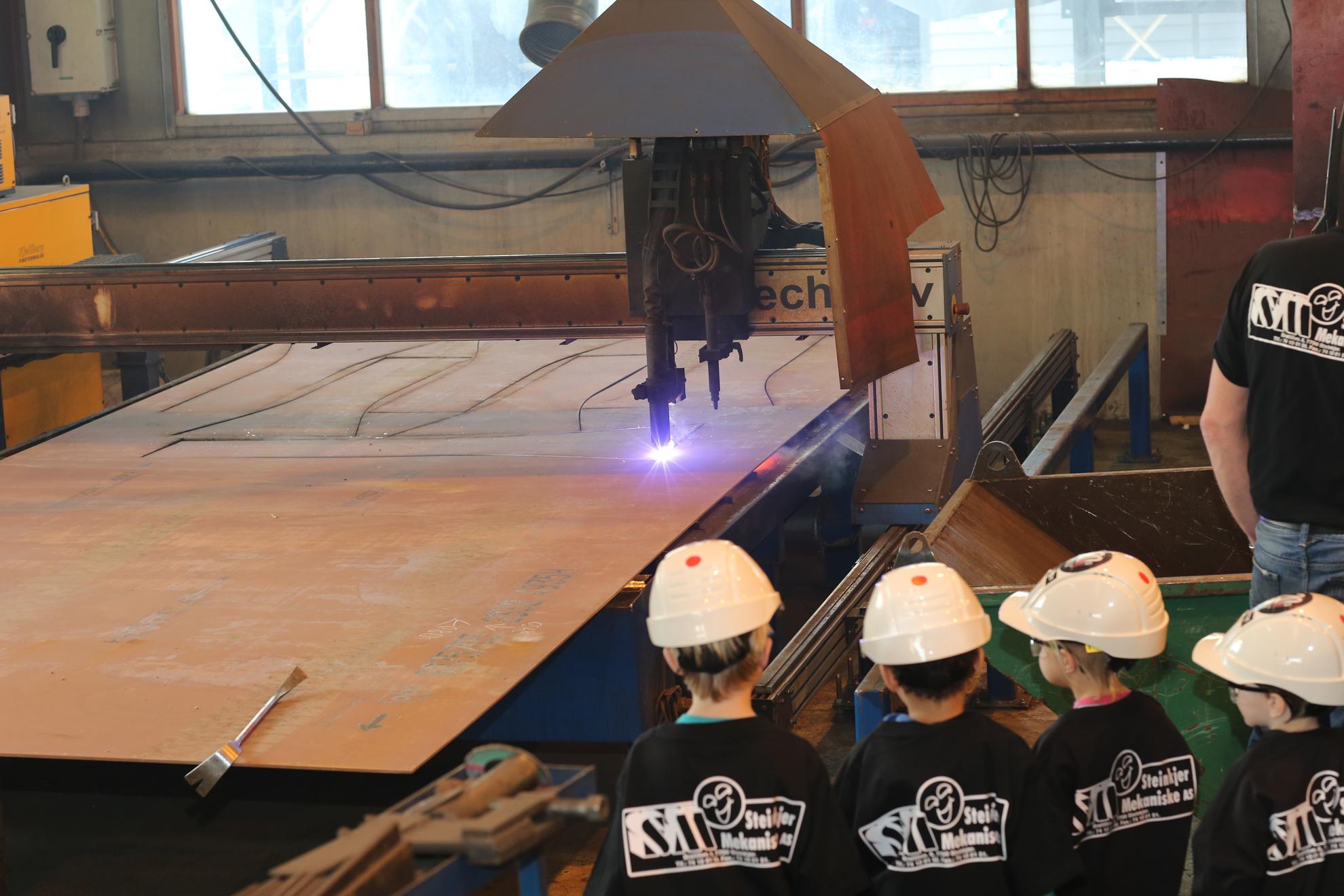 Steinkjer Mekaniske AS fikk Kjempebesøk av godgjengen og skolestarterne fra Barnas Hus