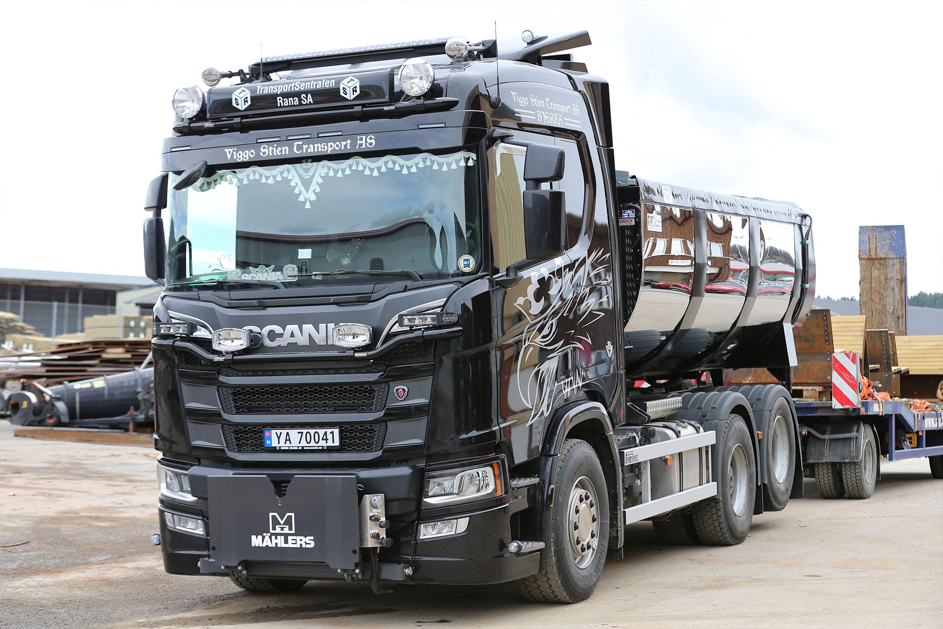 En smilende eier avVIGGO STIEN TRANSPORT AS, fra Bjerka, hentet sin nye svart-speilblankeAsfaltbalje i Hardox 450 Stålmed sin nye Scania