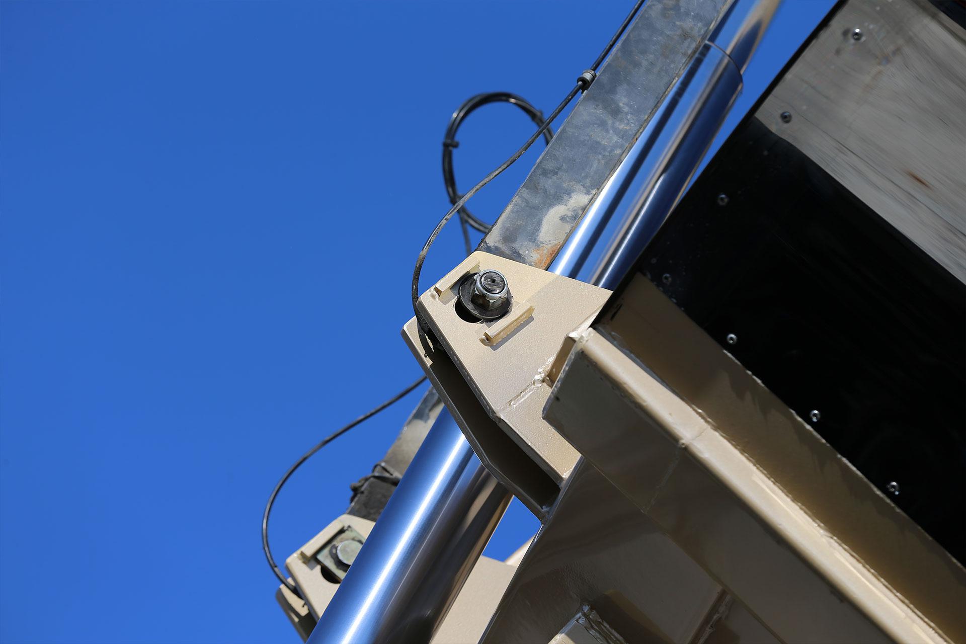 TELLESBØ TRANSPORT AS, fra Surna, hentet sin nye gull-speilblanke Asfaltbalje i Hardox 450 Stål